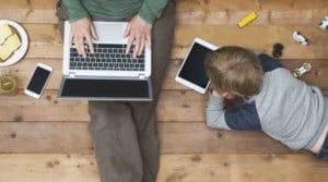 Kinder werden im Internet gehänselt: Cybermobbing
