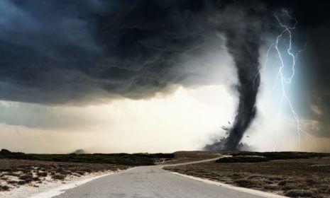 Ein Tornado verwüstet eine Kleinstadt in der Nähe von Rostock