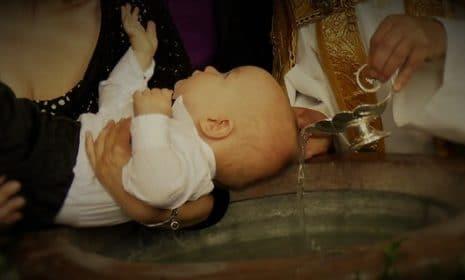 10 Fragen und Antworten rund um die Taufe Ihres Babys