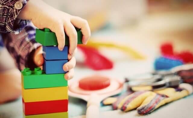 Worauf man beim Spielen und beim Spielzeug achten sollte