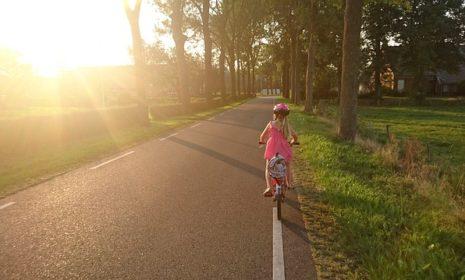 Kinder im Straßenverkehr: Wie Sie Ihrem Kind die wichtigsten Regeln beibringen