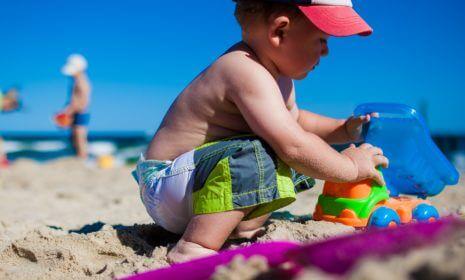 Sonnenschutz: Wie Sie Ihr Kind richtig vor der Sonne schützen