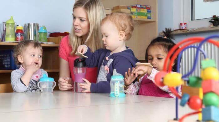 Bei einer Tagesmutter bekommt der Nachwuchs frühzeitig Kontakt zu anderen Kindern