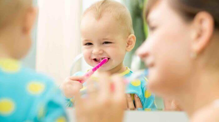 Zähneputzen beim Kleinkind: ein Kampf um die elterliche Geduld
