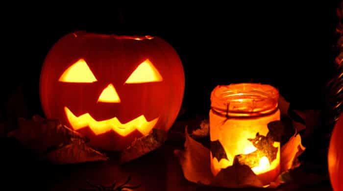 Gruselige Halloweenfratzen: DIY Kürbis schnitzen mit Kindern