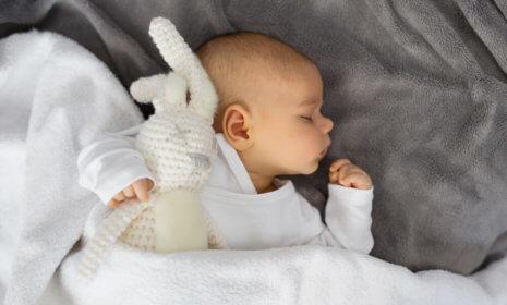 Der Kuschelhase hilft dem Baby beim Einschlafen