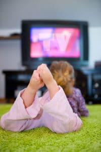 Mädchen sieht fern