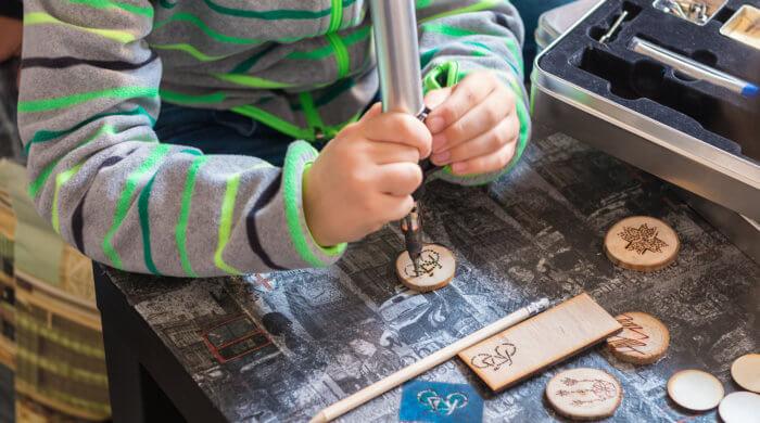 Natürlich kann das Kind eine Aufgabe auch selbst in die Hand nehmen - aber nur unter Aufsicht der Eltern.