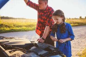 Vater und Kind am Auto