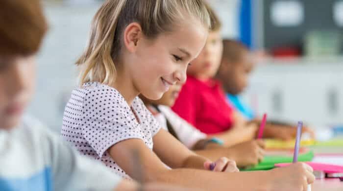 Stifte, Mäppchen und Hefte braucht dein Kind für die Grundschule.