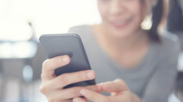 Im Teenie-Alter bekommen viele junge Erwachsene ihr erstes Smartphone.