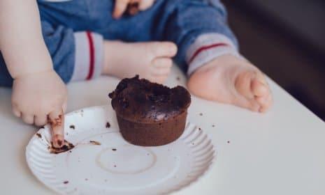 Spielen statt Essen: Gemeinsam am Tisch mit dem Baby essen