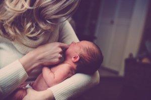 Schluckauf beim Baby: So kannst du helfen