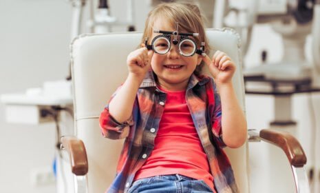 Sehschwäche erkennen: Braucht dein Kind eine Brille?