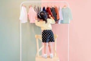 Kind mit Kinderkleidung
