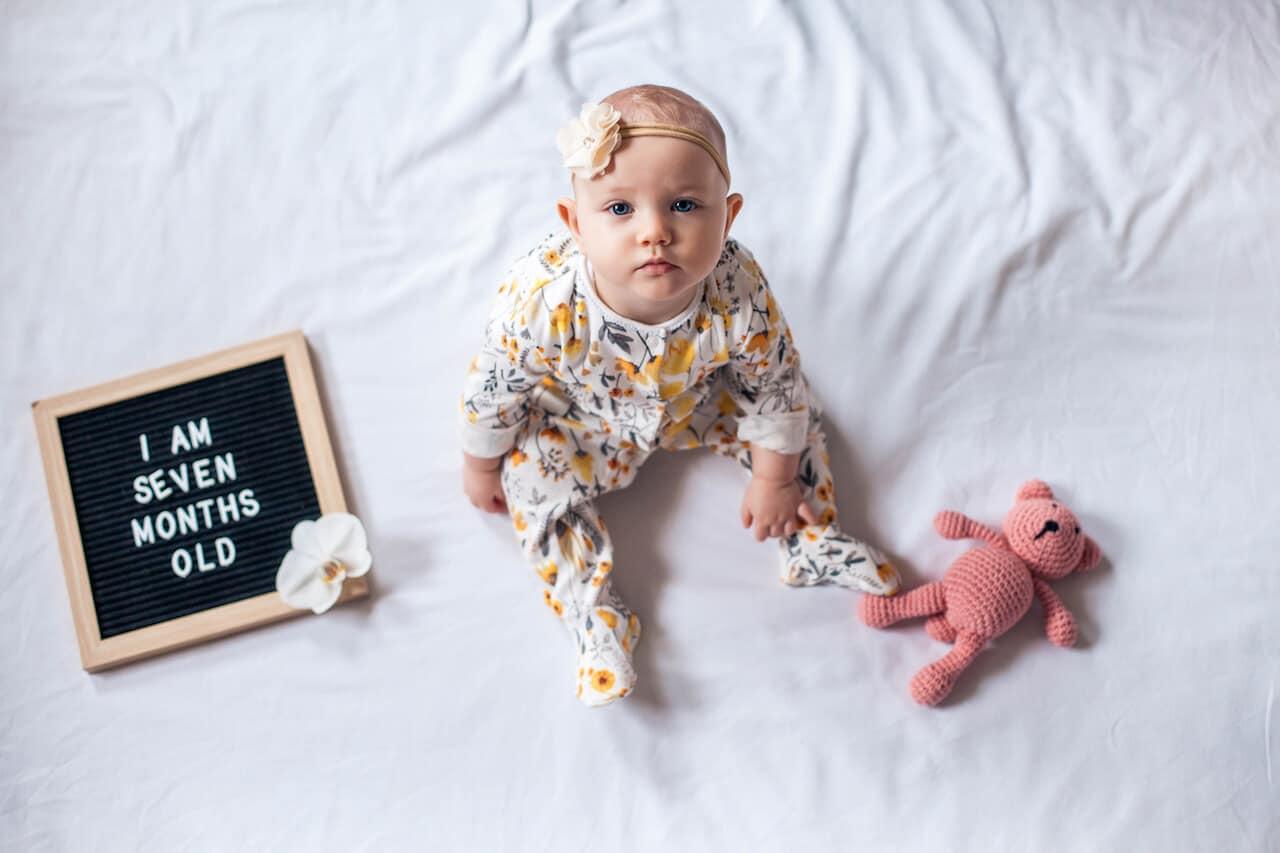 Babys im 7. Monat: Die wichtigsten Meilensteine der