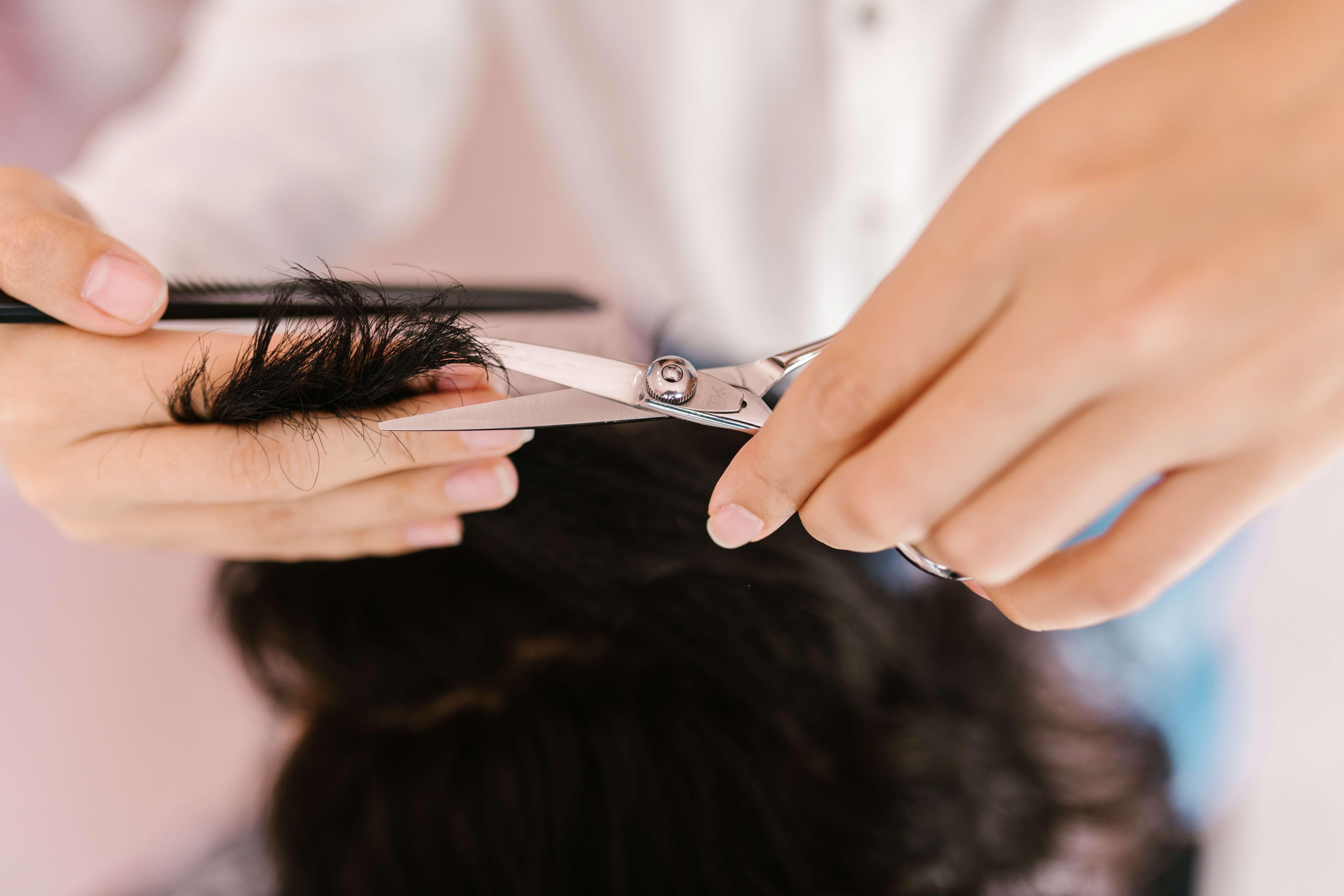 Haare schneiden ohne Friseur? Diese Tipps und Tricks solltest Du kennen